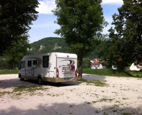 Wohnmobil unter Bäumen