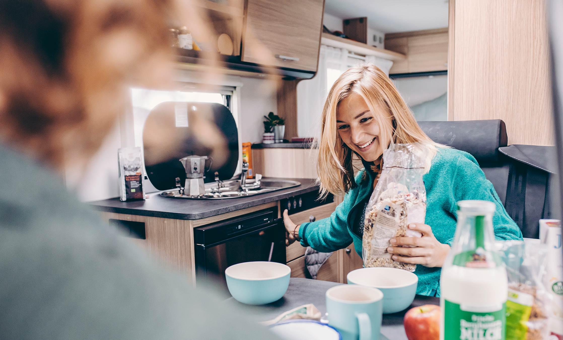 Pärchen beim Frühstück im Wohnmobil