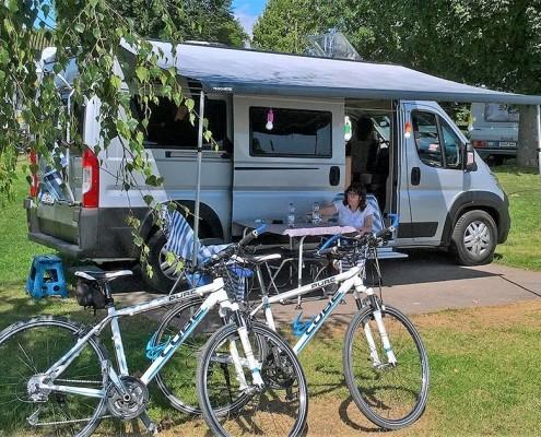 Fahrräder vor Wohnmobil auf Campingplatz